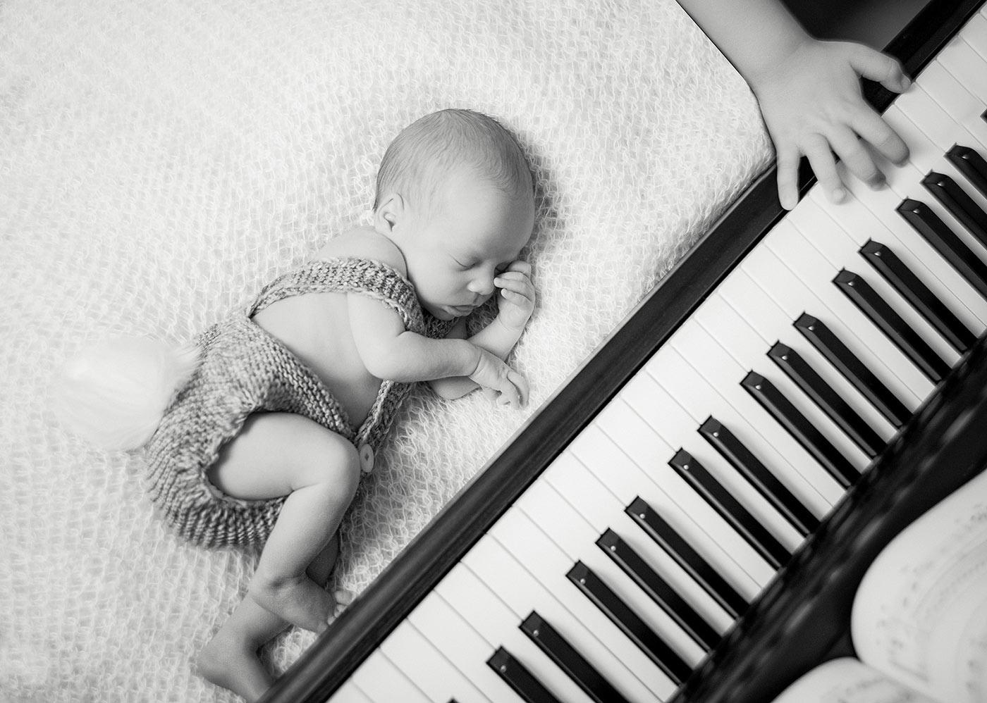 yeni doğan fotoğraf piano